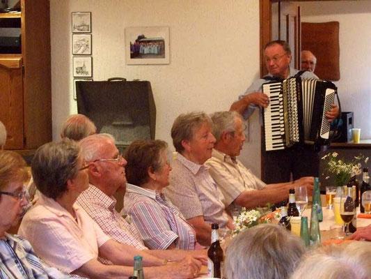 Dieter Etges spielte mit seinem Akkordeon Lieder zum Mitsingen