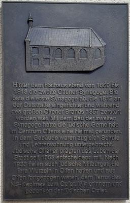 Die Bronzetafel an der Seite des Amtshauses in der Nähe der ehemaligen Synagoge.
