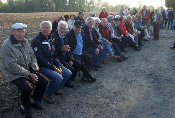 Vor dem Osterfeuer haben die Reihen bereits Platz genommen, mussten aber kurze Zeit später vor der großen Hitze zurückweichen
