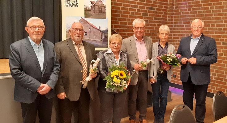 Vorstand Ludger Besse und Geschäftsführerin Inge Schmerfeld werden verabschiedet