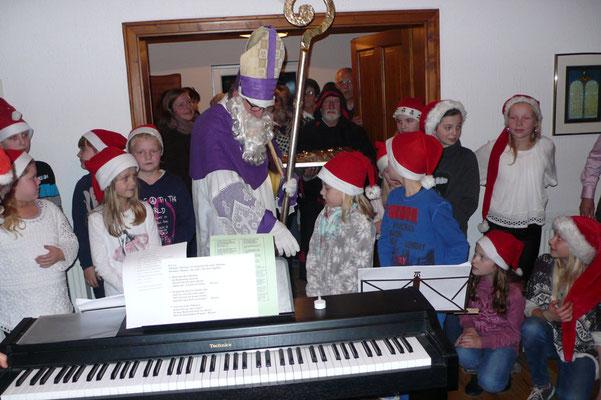 Der Nikolaus begrüßt den Kinderchor ...