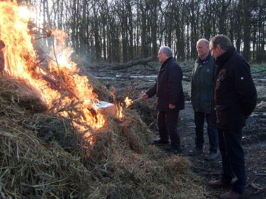 ... und entzündet damit den Holzhaufen. Trotz der vielen vergangenen Regentage brennen die Tannenbäume rasend schnell