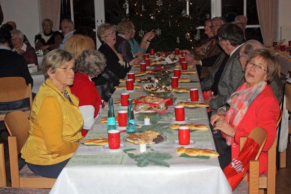 Eine gemütliche Runde am schön dekorierten Tisch