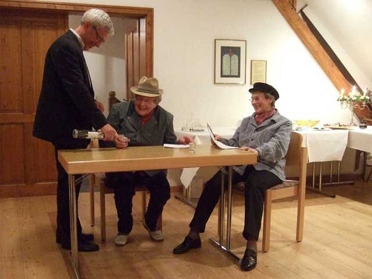 Hedwig Lunemann und Änne Hatebur tragen plattdeutsche Sketche von Wilhelm + August vor