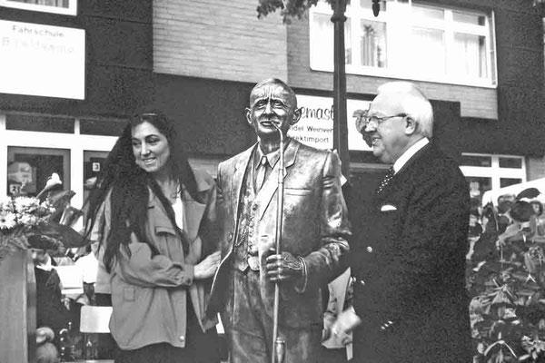 Einweihung 1994: Bitta Eilering (erstellte das Denkmal) und Bürgermeister Albert Knümann