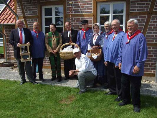 Das Brot ist gebacken und wird von Bauer und Bäuerin verteilt