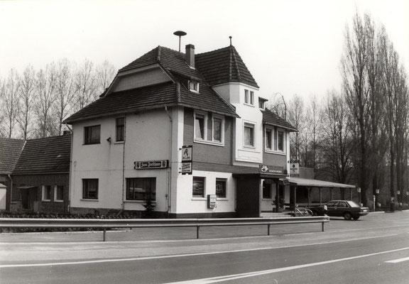1980 - die B 236 führt noch direkt vor dem Forsthaus vorbei