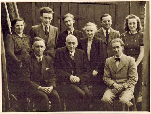 Familienfoto 1946, vlnr: obere Reihe Anna, geb. Feldkamp, Alois, Josef (Enkelkind), Ehefrau Lene, Johannes Sendes, Hedwig - untere Reihe Josef, Bernhard, Wilhelm