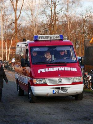 Die Feuerwehr mit Pfr. Lütkemöller bringt das Licht aus St. Vitus. Foto - Strych