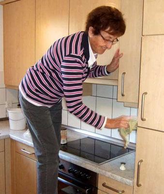 Gertrud Schröer in der Küche