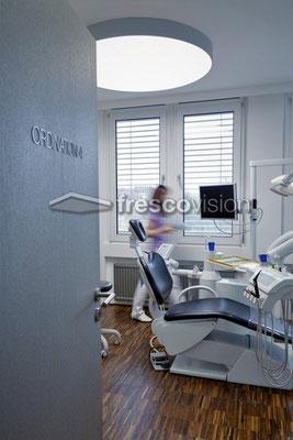 """Als große runde LED Deckenleuchte ein """"Highlight"""" in der Zahnarztpraxis."""