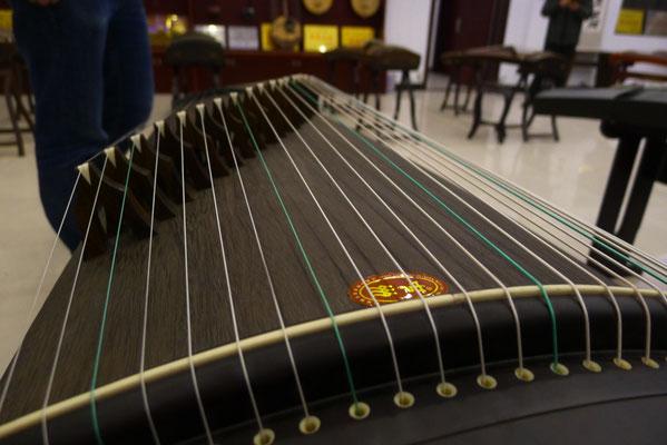 Musikinstrument aus Paulowniaholz