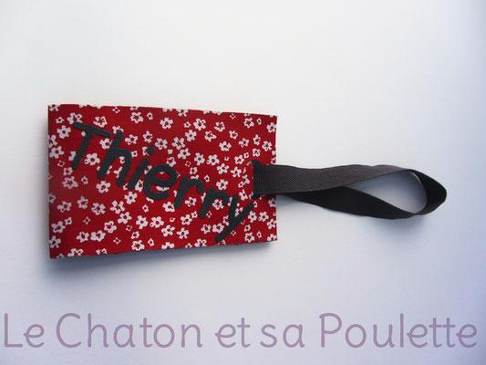 Porte-étiquette Titfleurs blanches fond rouge - Le Chaton et sa Poulette