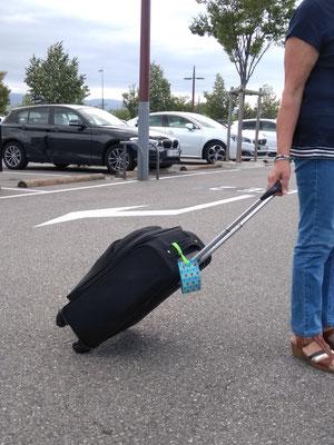 Mamie voyageuse avec son porte-étiquette !