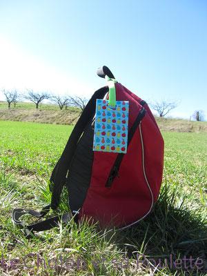 Porte-étiquette Pomzépoires mis en situation sur sac à dos - Le Chaton et sa Poulette