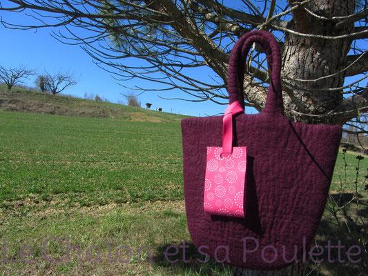Porte-étiquette Cirklar fond fuchsia mis en situation sur sac - Le Chaton et sa Poulette