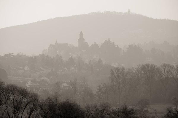 Burg Kronberg und Falkenstein als Silhouette im Morgendunst