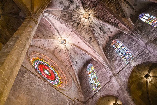 Die Decke und das Rundfenster der Kathedrale La Seu von Palma de Mallorca