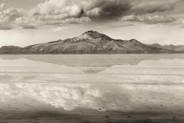 Bolivien zur Regenzeit: Im Wasser des Salar De Uyuni spiegelt sich der Vulkan Tunupa.