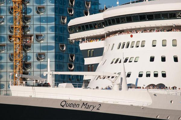 Detail der Queen Mary 2 und Elbphilharmonie beim Hafengeburtstag in Hamburg