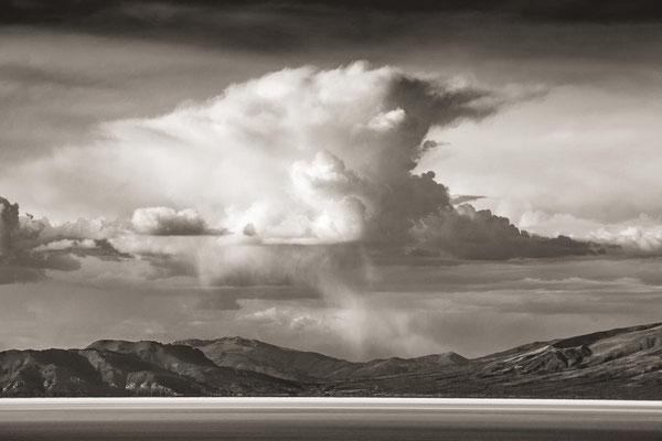 Bolivien zur Regenzeit: Am Rande des Salar De Uyuni türmt siche eine große Gewitterwolke auf.
