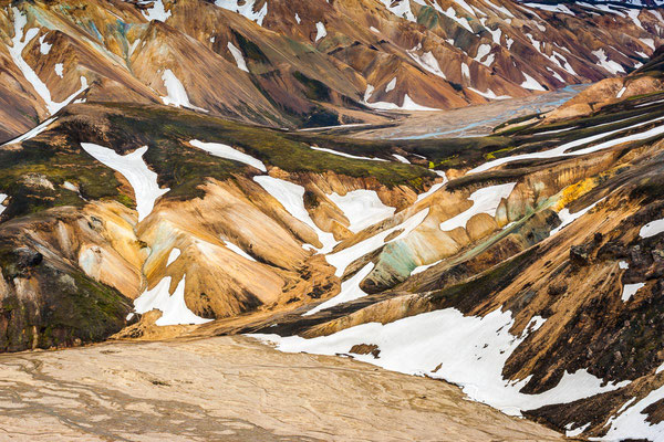 Island: Bunter Landschaftsteppich aus Schnee und Mineralienfeldern bei Landmannalaugar