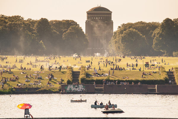 Sommerparty im Hamburger Stadtpark mit Blick auf das Planetarium
