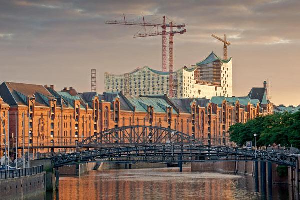 Die Elbphilharmonie im Bau mit Speicherstadt zur goldenen Stunde