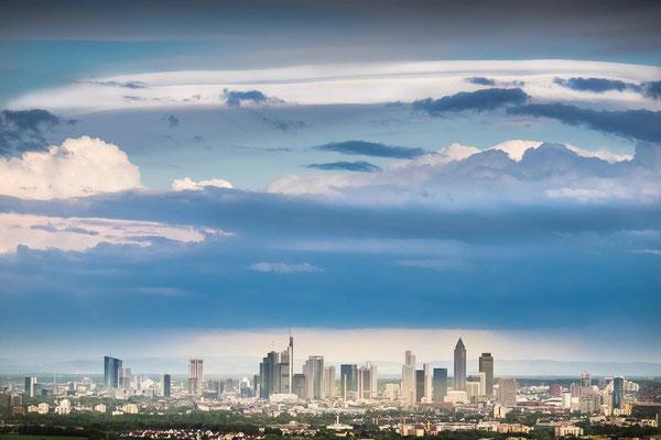 Die Skyline von Frankfurt aus der Ferne mit abziehenden Gewitterwolken