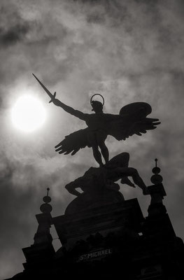 Der Erzengel Michael im Gegenlicht auf dem Hamburger Rathaus