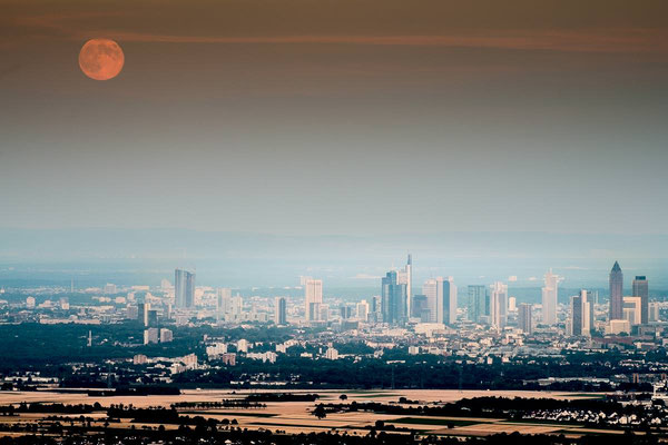 Die Skyline von Frankfurt von oben mit Mondaufgang