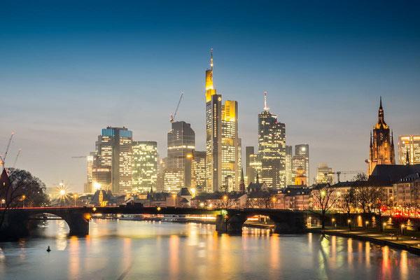 Frankfurt am Main Skyline Downtown zur blauen Stunde