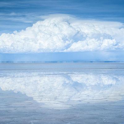 Bolivien: Im Wasser des Salar De Uyuni spiegelt sich eine Wolke