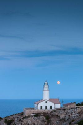 Der Leuchtturm von Capdepera auf Mallorca mit Mond zur blauen Stunde
