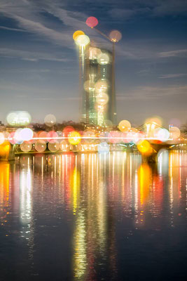 Die EZB in Frankfurt am Main, Nachts mit bunt reflektierenden Lichtern