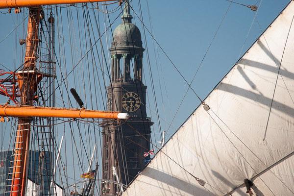 Der Michel gesehen durch Segeltakelage beim Hafengeburtstag in Hamburg