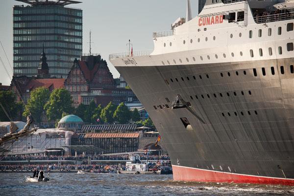 Auslauf der Queen Mary 2 mit Blick auf die Landungsbruecken in Hamburg