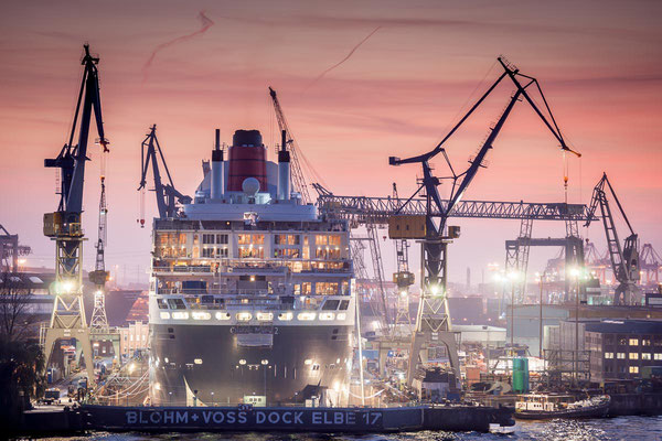 Queen Mary 2 zur Wartung im Trockendock bei Blohm Voss kurz nach Sonnenuntergang