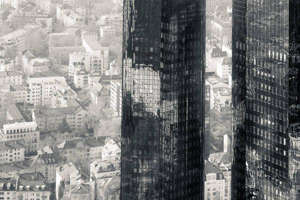 Blick auf Frankfurt von oben an den DB-Türmen vorbei