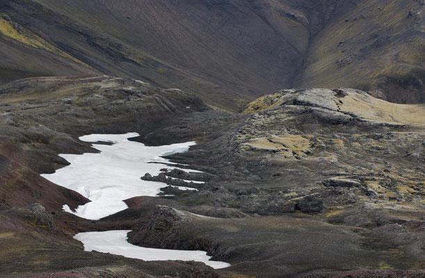 Island: Von Schnee und Moos bedecktes Lavafeld