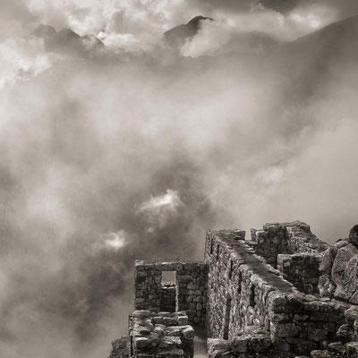 Peru: Machu Picchu schwebt in den Wolken.