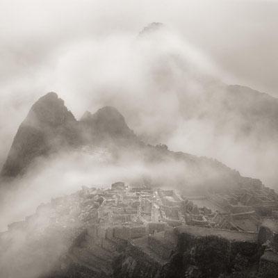 Peru: Nebelschwaden ziehen über Machu Picchu.