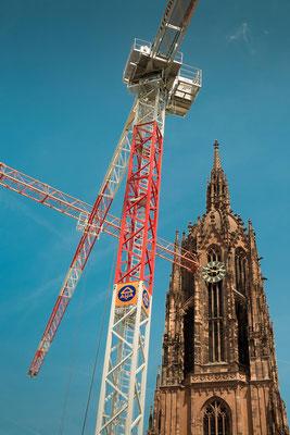 Frankfurt mit Kaiserturm und Kran zur Bauzeit der neuen Altstadt