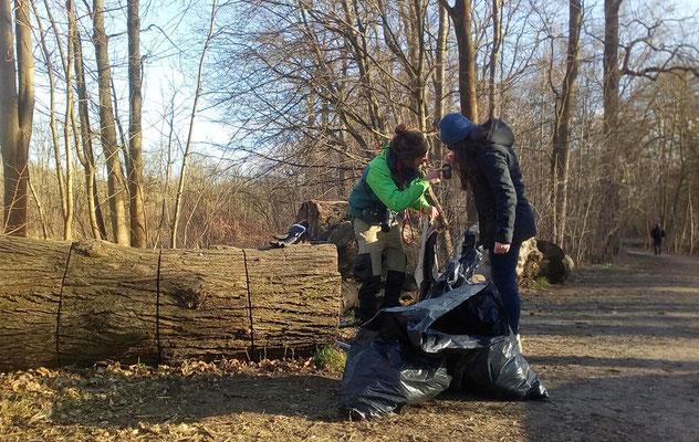 Wiegen und zusammen rechnen ... 17 Kilo Müll sammelten wir.