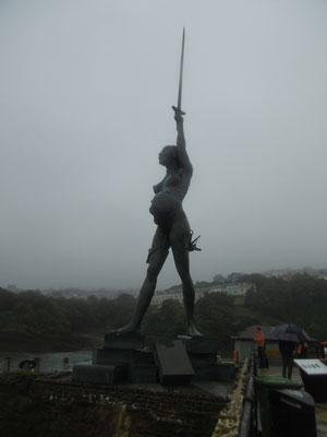 etwas seltsame Statue