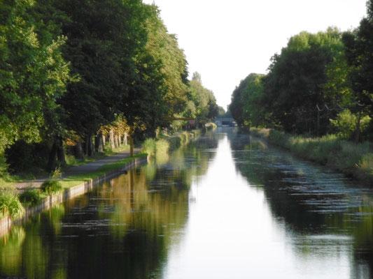 immer am Kanal entlang...