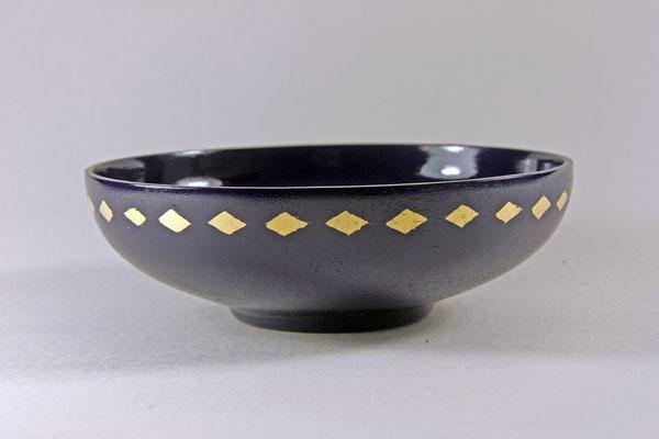 "Schale ""Eurhythmie"" - Meranti / h = 5,5 cm / Ǿ = 17 cm / Wandstärke = 2 mm / Oberfläche:  - Washin-Urushi blau   / Blattgold, Rotgold, 23 Karat / Preis: 900,00 €"