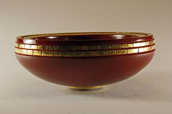 """Schale """"étude 2"""" - Wildkirsche / h = 7 cm / Ǿ = 18 cm / Oberfläche:  - Usushi Kamakura.Rot (7 Schichten) - Blattgold 24 Karat (Einlassungen und Sockel)"""