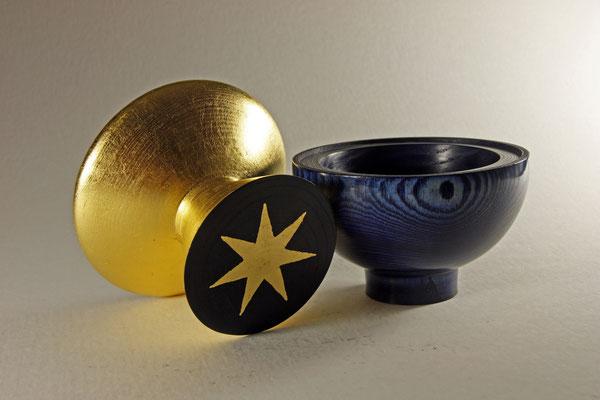 """Edel-Schale """"Kybalion"""" - Zuckerahorn / Gesamthöhe = 16 cm, Höhe blaue Schale = 8 cm, Höhe goldene Schale = 8 cm,  Ǿ Schalen(bauch) = 13 cm,  Ǿ Fuß blaue Schale = 5,5 cm,  Ǿ Fuß goldene Schale = 9 cm, Blattgold 24 Karat"""