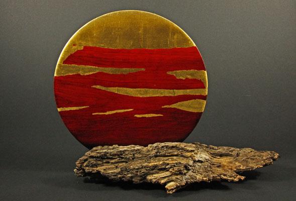 """Skulptur """"Helios"""" - Esche, Holz: Esche / Oberfläche: - mehrere Beizen - Blattgold 22 Karat (Sonnenstreifen) - Blattgold 24 Karat (oberes Drittel) / Versiegelung: Acryl-Lack / Preis: 600,00 €"""